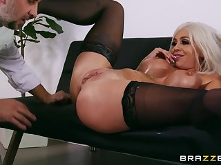 Lucky cook pleased Madelyn Monroe with hard anal sex