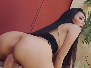 Amazing Asian babe gets laid with random guy for money