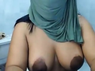 AMATEUR ARAB WIFE SHOWS HER CURVY ASS