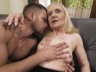 Mature slut loves sucking a dick before getting penetrated