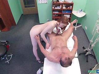 Amateur recorded in secret when dealing the doctor's penis